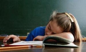 enfant dormant en classe